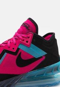 Nike Performance - LEBRON XVIII LOW - Zapatillas de baloncesto - fireberry/black/light blue fury - 5