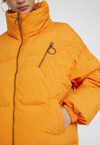 Benetton - OVERSIZED SPORTY SHORT DOWN JACKET - Down jacket - orange - 4