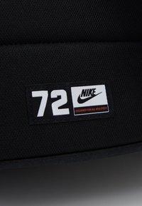 Nike Sportswear - HERITAGE 2.0 - Rucksack - black/laser crimson - 3