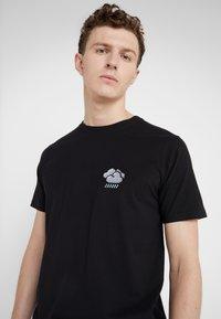 Bricktown - SMALL STORMY CLOUD - T-Shirt print - black - 4