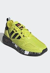 adidas Originals - ZX 2K BOOST UNISEX - Tenisky - acid yellow/core black/footwear white - 4