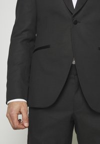 Isaac Dewhirst - RECYCLED TUX SLIM FIT - Completo - black - 7