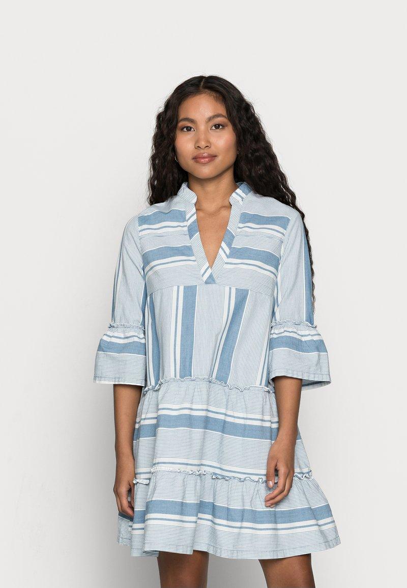 Vero Moda Petite - VMAKELA CHAMBRAY - Denní šaty - light blue