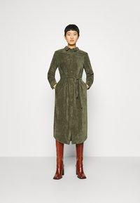 Another-Label - VANDERDISE DRESS - Košilové šaty - winter moss - 0