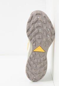 Nike Performance - PEGASUS TRAIL 2 - Běžecké boty do terénu - pure platinum/laser orange/fossil - 4