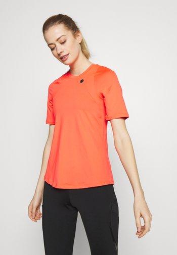 UA RUSH SS - T-shirt imprimé - beta/black