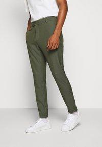 Les Deux - COMO SUIT PANTS SEASONAL - Trousers - deep forrest - 4
