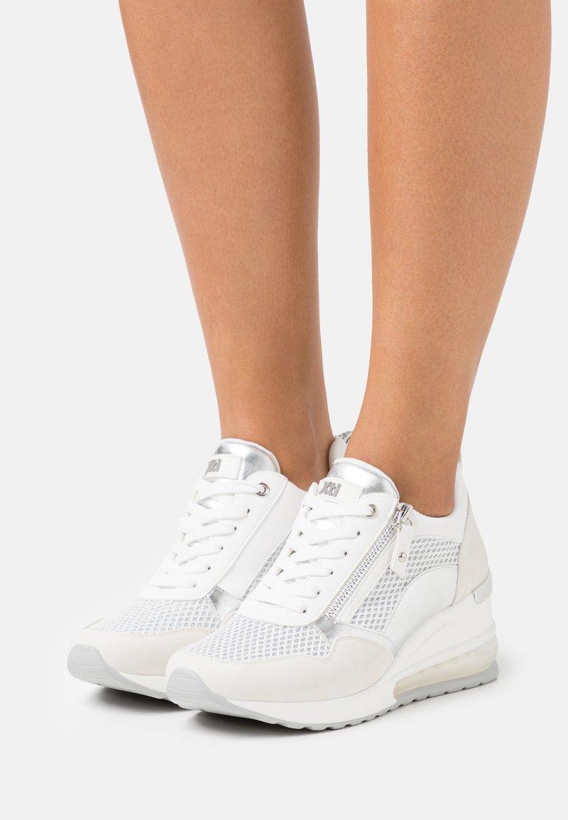 XTI - Sneakers laag - white