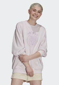 adidas Originals - GRAPHIC SWEATER ORIGINALS PULLOVER - Sweatshirt - pearl amethyst - 1