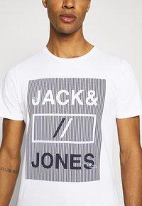 Jack & Jones - JCOROJAR TEE - T-shirt med print - white - 5