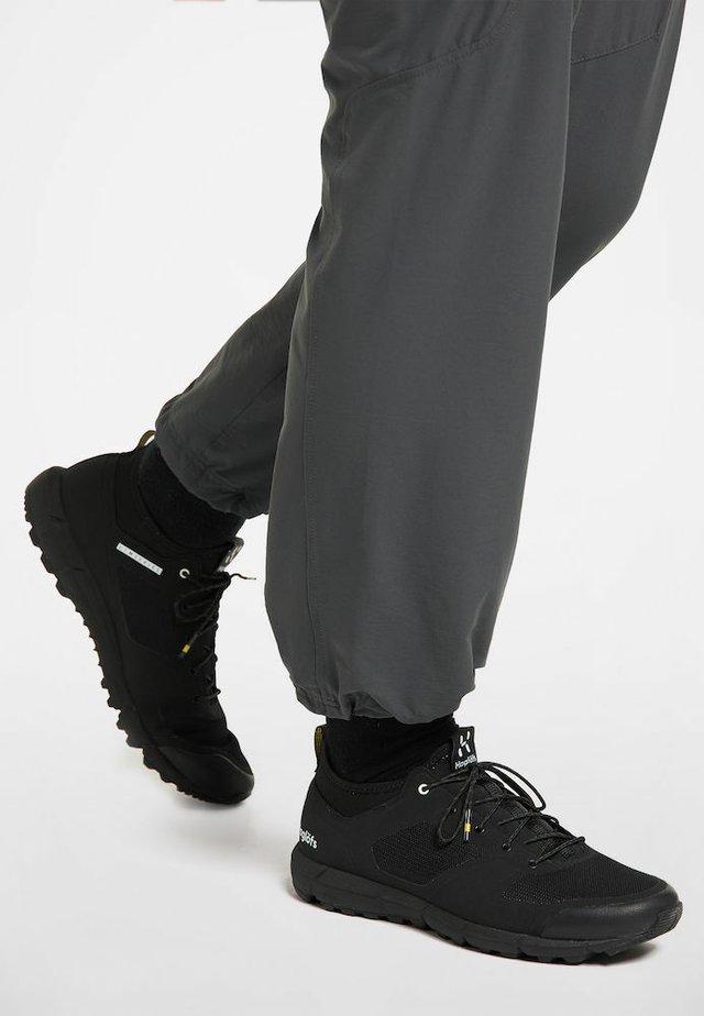 L.I.M LOW - Trail running shoes - true black