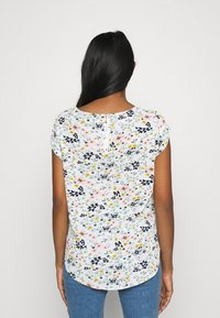 ONLY - ONLVIC - T-shirts med print - cloud dancer/kia ditsy - 2
