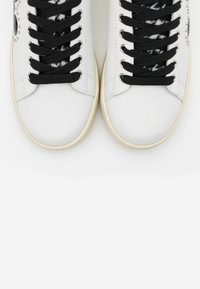 MOA - Master of Arts - GALLERY - Zapatillas - white - 6
