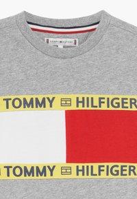 Tommy Hilfiger - FLAG - Triko spotiskem - grey - 3