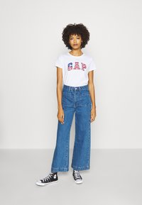 GAP - FLAG TEE - T-shirt z nadrukiem - white - 1