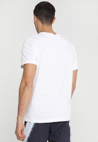 Nike Performance - COURT TEE - T-shirt - bas - white - 2