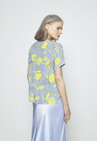 Emily van den Bergh - Bluser - yellow/blue - 2