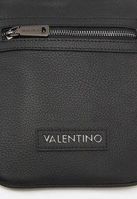Valentino Bags - ALEX MINI CROSSBODY - Bandolera - nero - 5