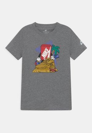 SAND CASTLE UNISEX - Camiseta estampada - carbon heather