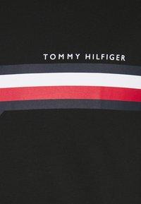 Tommy Hilfiger - SPLIT CHEST STRIPE TEE - T-shirt med print - black - 2