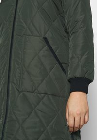 ONLY Carmakoma - CARCARROT LONG QUILTED JACKET - Kåpe / frakk - forest night - 4
