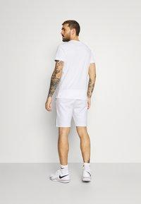 Lacoste Sport - SHORT - Träningsshorts - white/navy blue - 2