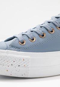 Converse - CHUCK TAYLOR ALL STAR LIFT SPECKLED - Matalavartiset tennarit - blue slate/rose maroon/white - 2