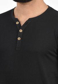 Solid - VOLKER - Basic T-shirt - black - 2