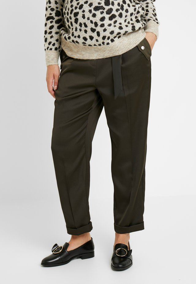 UNDERBUMP LUXE CARGO TROUSER - Pantalones - khaki
