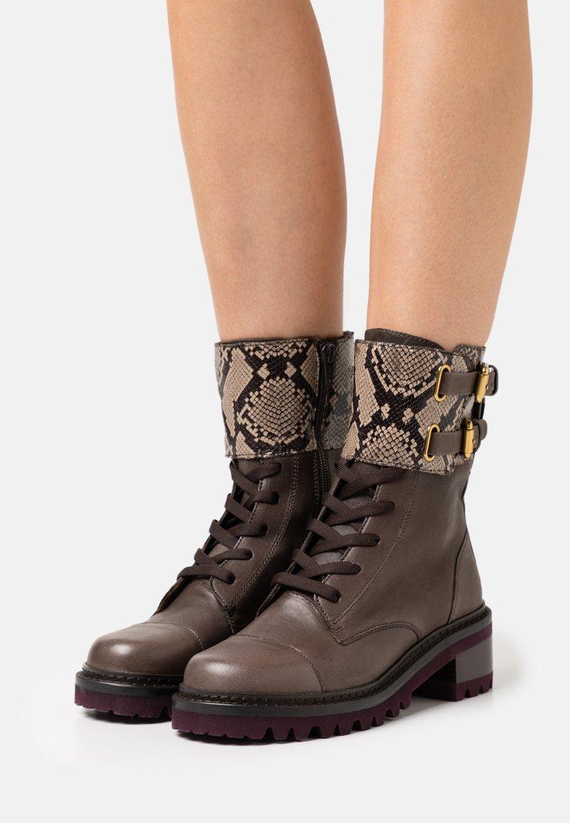 See by Chloé - MALLORY LACE UP - Šněrovací kotníkové boty - medium brown