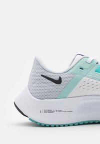 Nike Performance - AIR ZOOM PEGASUS 38 - Hardloopschoenen neutraal - white/oil grey/pure platinum/aurora green/light dew - 5