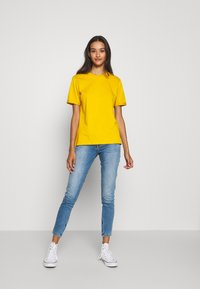 Pieces - PCRIA FOLD UP TEE - Basic T-shirt - nugget gold - 1