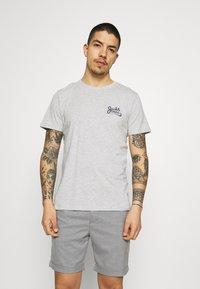 Jack & Jones - JORSIGNATURE TEE CREW NECK 5 PACK - T-shirt med print - white - 5