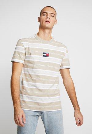 STRIPE LOGO TEE - Print T-shirt - stone