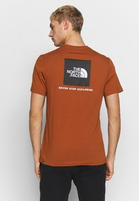 The North Face - REDBOX TEE - T-shirts med print - caramel cafe - 2