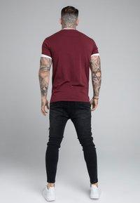 SIKSILK - ROLL SLEEVE TEE - T-shirt - bas - burgundy/white - 2