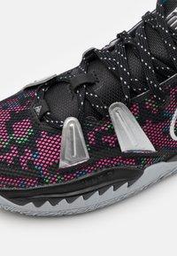 Nike Performance - KYRIE 7 UNISEX - Basketball shoes - black/metallic silver/light smoke grey - 5