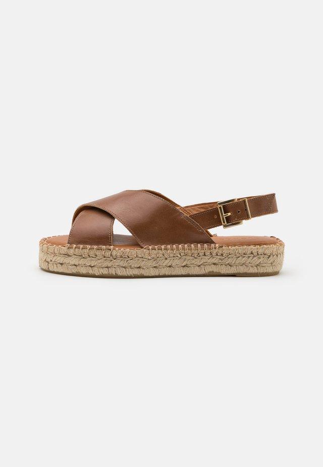 CROSSED - Korkeakorkoiset sandaalit - camel