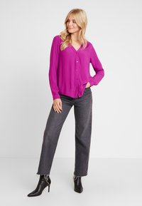 TOM TAILOR DENIM - V NECK BLOUSE WITH BUTTONS - Bluser - bright berry - 1