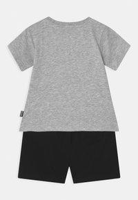 MOSCHINO - SET UNISEX - Shorts - grey/black - 1