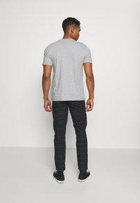 Redefined Rebel - KING PANTS - Pantalon classique - mountain check - 2