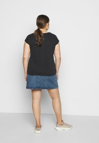 Pieces Curve - PCKAMALA TEE - T-shirts - black - 2