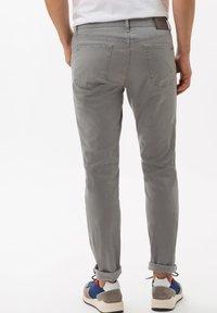 BRAX - STYLE CHUCK - Straight leg jeans - platin - 2