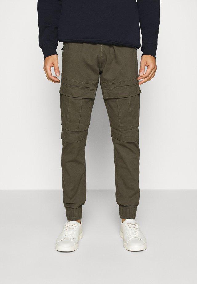 SUTTON - Pantaloni cargo - army