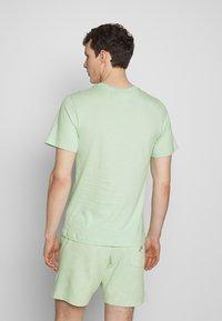 Nike Sportswear - CLUB TEE - T-shirt - bas - pistachio frost/(white) - 2