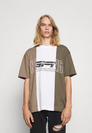 OVERSIZED MULTI BRAND 3 PANEL - T-shirt med print - taupe