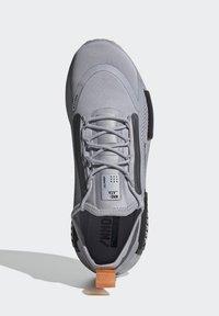 adidas Originals - NMD_R1 SPECTOO UNISEX - Sneakersy niskie - halo silver/core black - 1