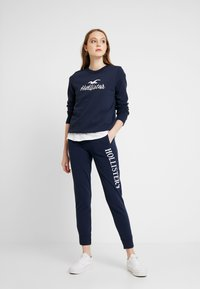Hollister Co. - OVER LOGO CREW - Mikina - navy - 1
