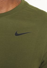 Nike Performance - TEE CREW SOLID - Basic T-shirt - rough green/black - 5
