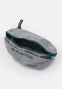 Burton - MULTIPATH ACCESSORY COATED UNISEX - Ledvinka - grey - 2